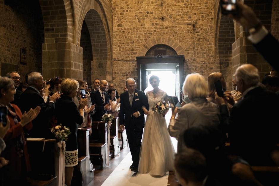 la sposa arriva alla cerimonia con il padre
