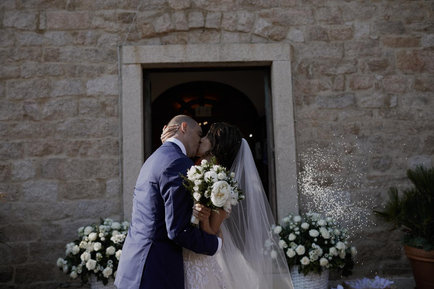 il bacio fuori dalla chiesa
