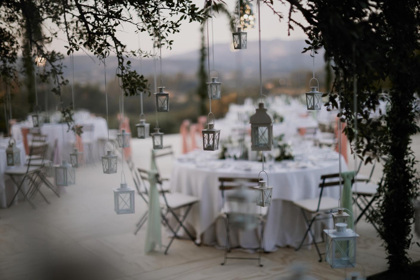 lanterne Bianche e pashmine sulle sedie