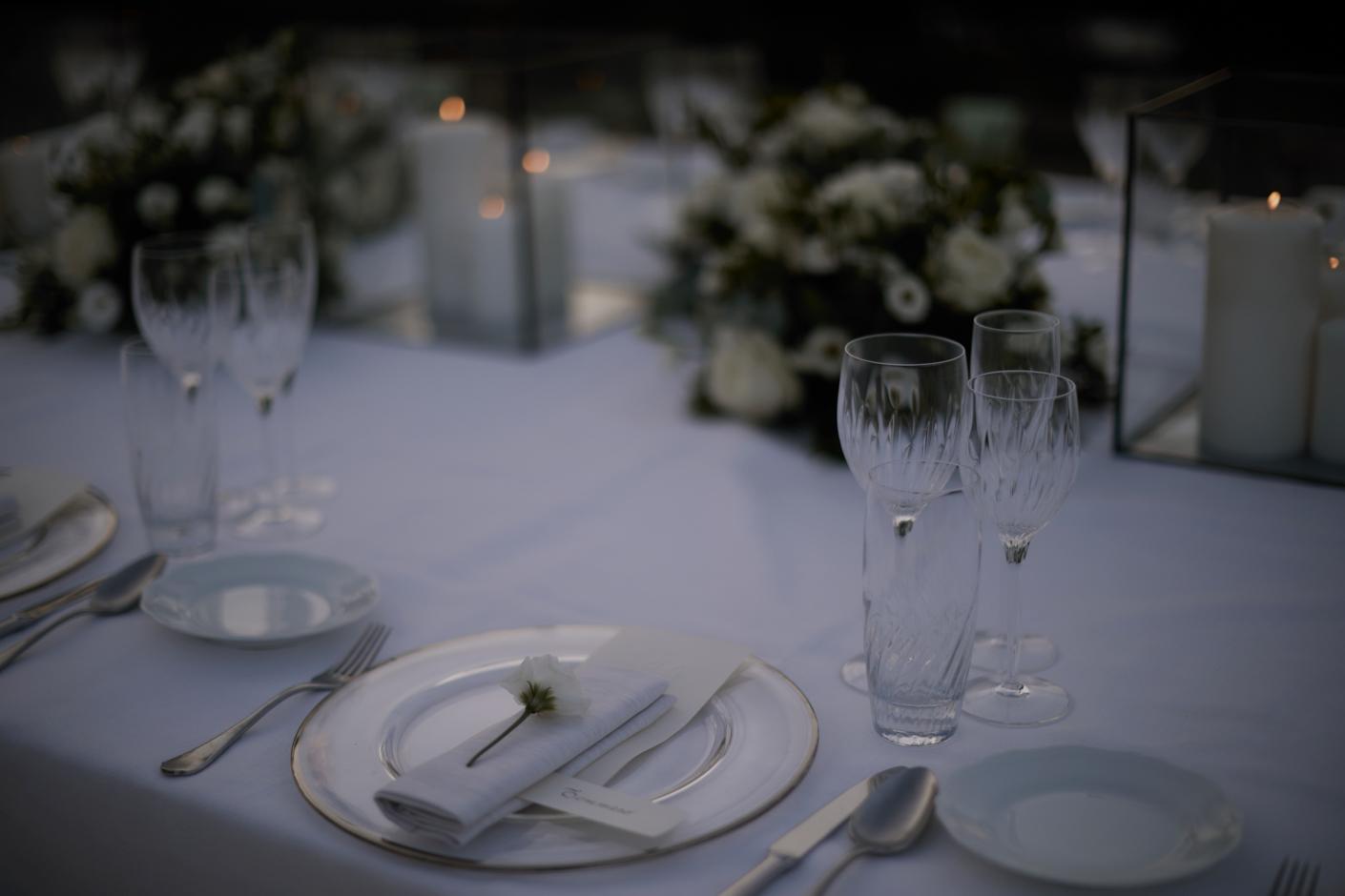 dettagli dei tavoli - Sfumature di bianco e punti luce