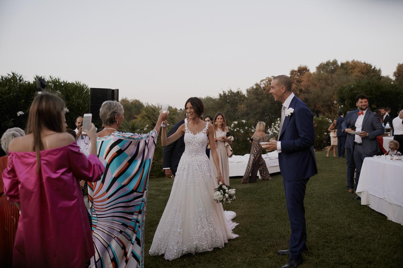 gli sposi brindano con gli invitati