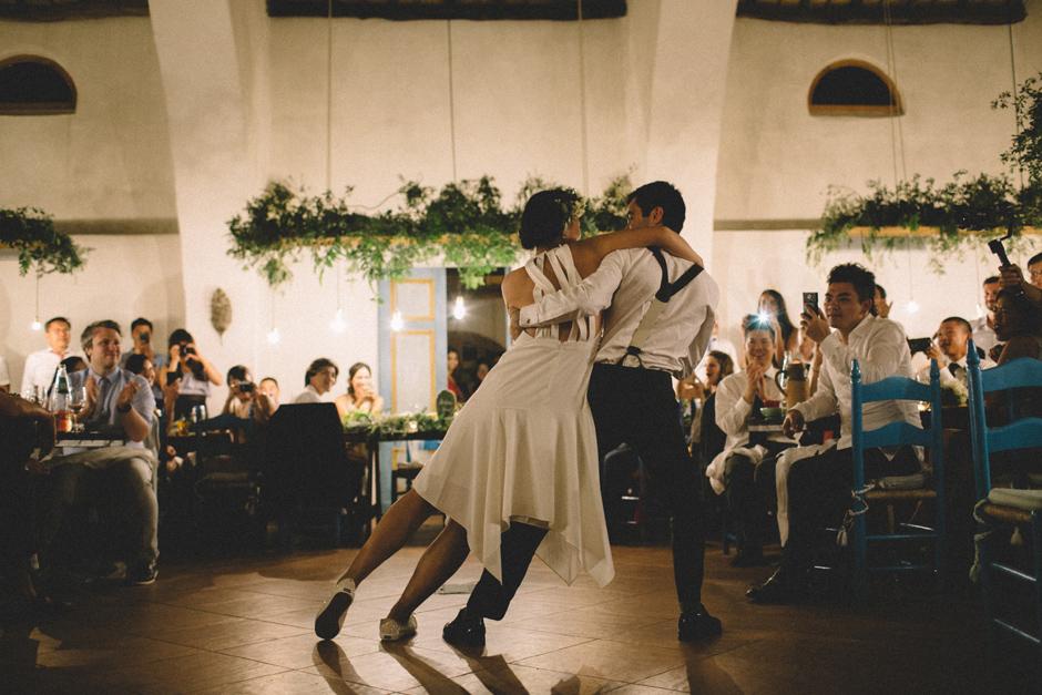 gli sposi ballano swing durante la cena
