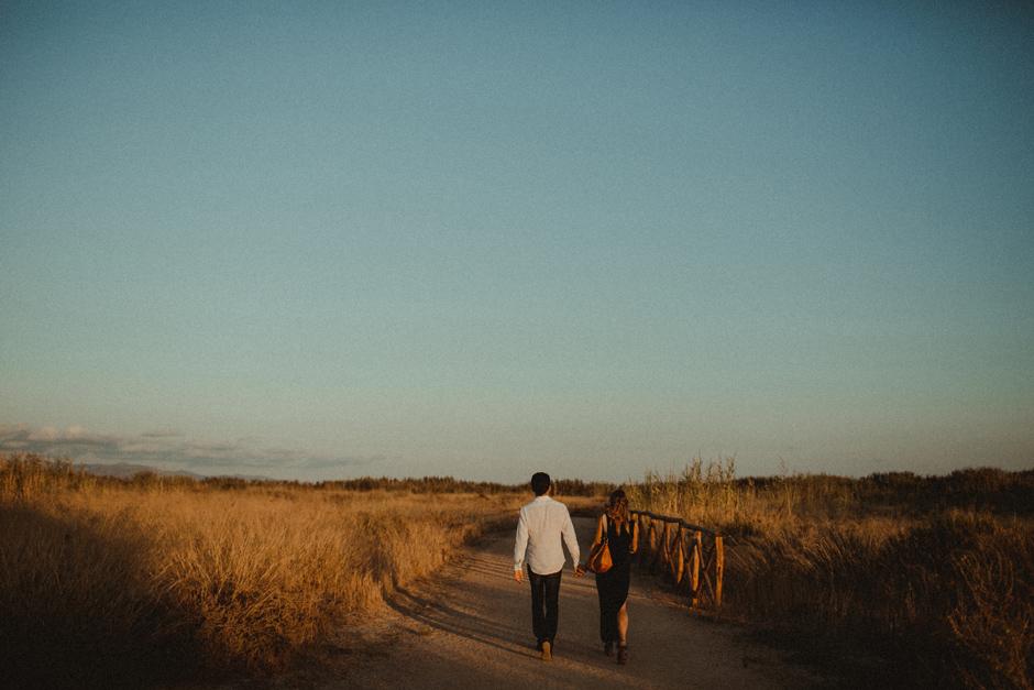 Caterina ed Enrico che camminano all'interno del Parco del Molentargius  di Quartu Sant'Elena