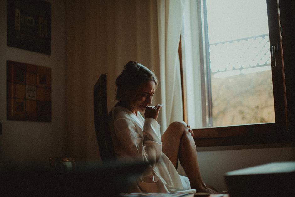 caterina commossa mentre riceve messaggi di chi non potrà essere presente durante il matrimonio
