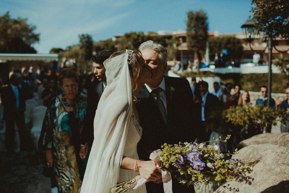 la sposa accompagnata dal padre verso l'altare della chiesa di Porto Rafael in Costa Smeraldo