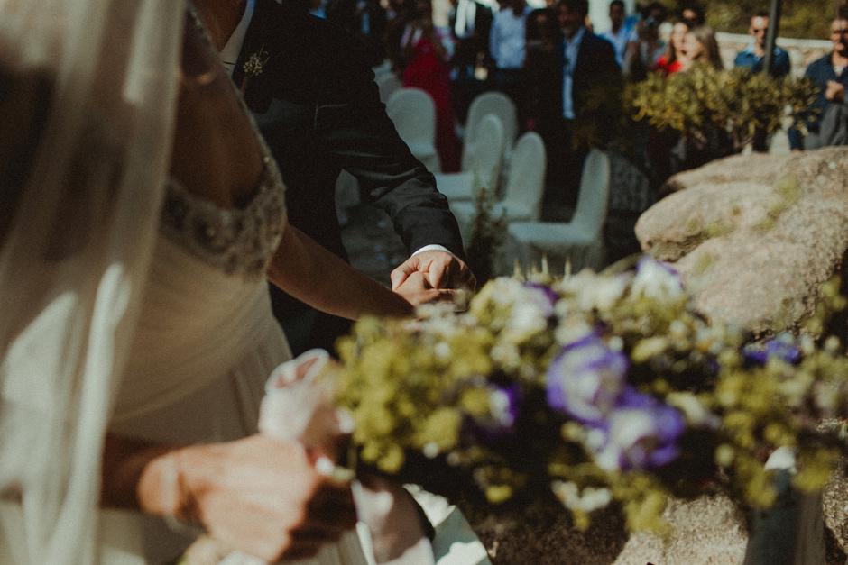 la sposa stringe la mano del padre
