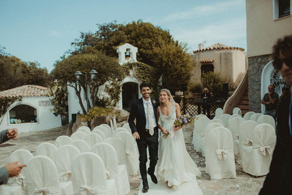 gli sposi lasciano la chiesa