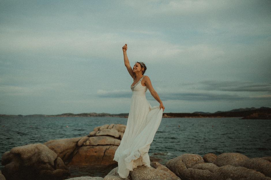 Caterina balla sugli scogli presso Villa D'Erica