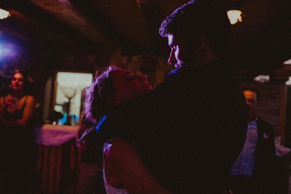 il primo ballo di Caterina ed Enrico presso il bar della spiaggia di Villa D'erica