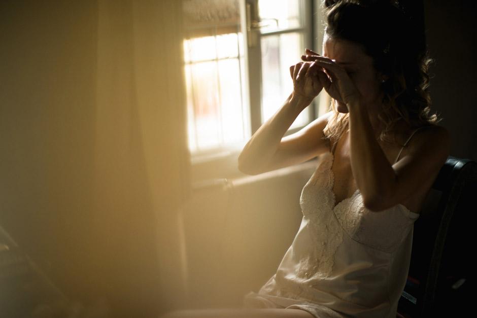 la sposa commossa, momento di reportage durante i preparativi di Simona