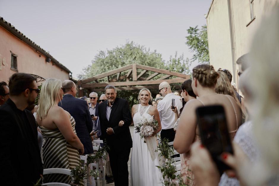 la sposa che arriva alla cerimonia
