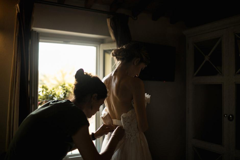 la sposa indossa l'abito
