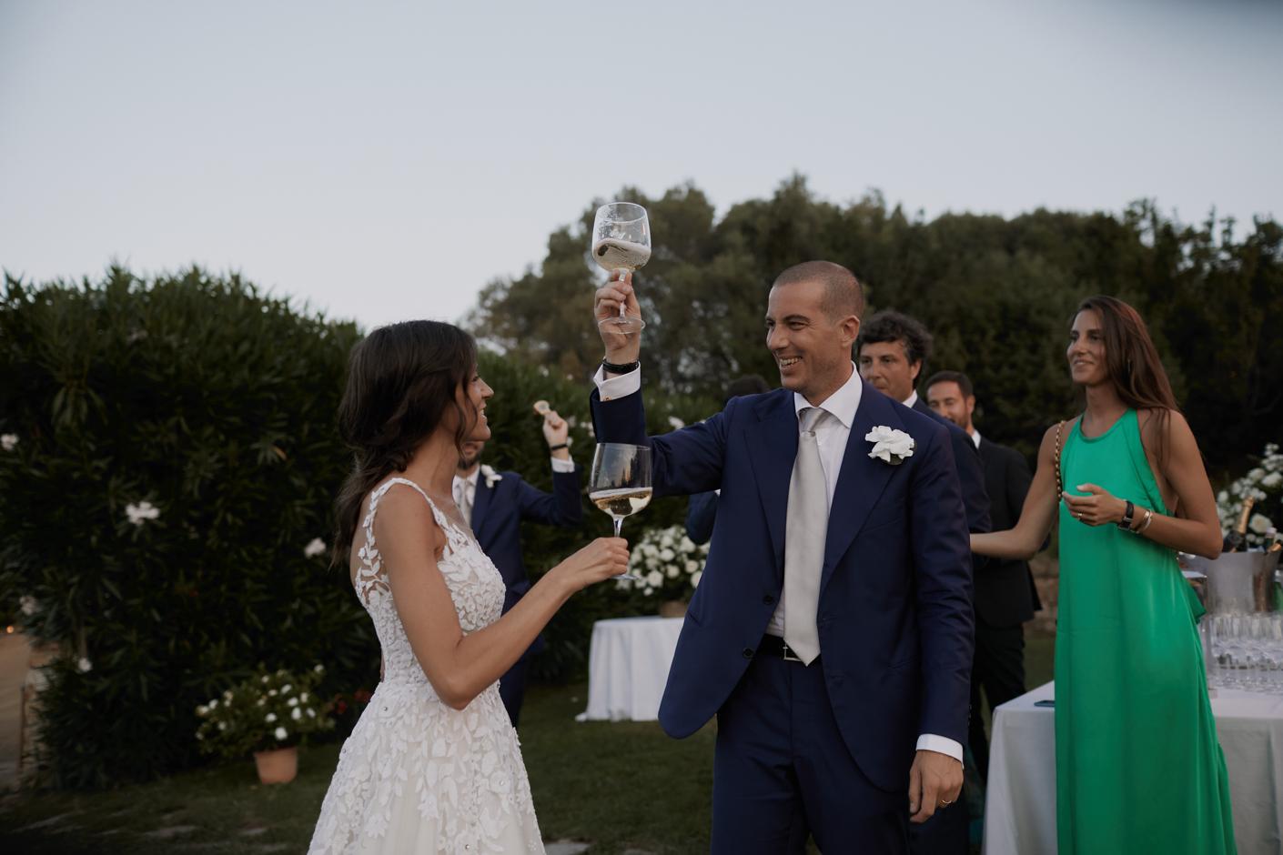gli sposi all'arrivo brindano con champagne