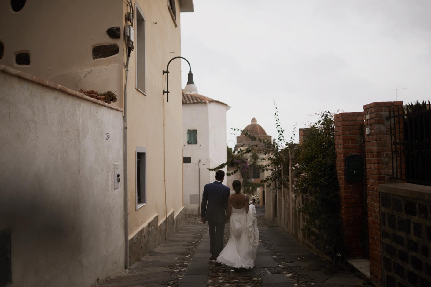 Gli sposi nel centro storico di Orosei
